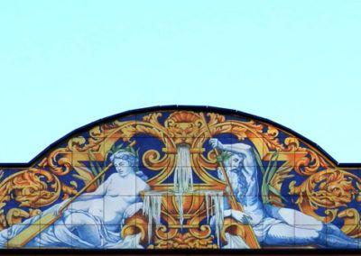 Frontín  con tema mitológico para fachada de edificio