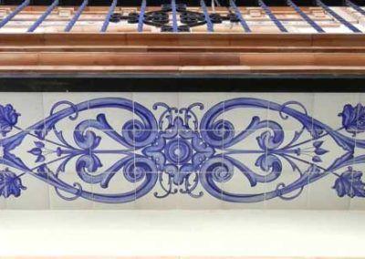 Bajo de balcón estilo andaluz con tema vegetal