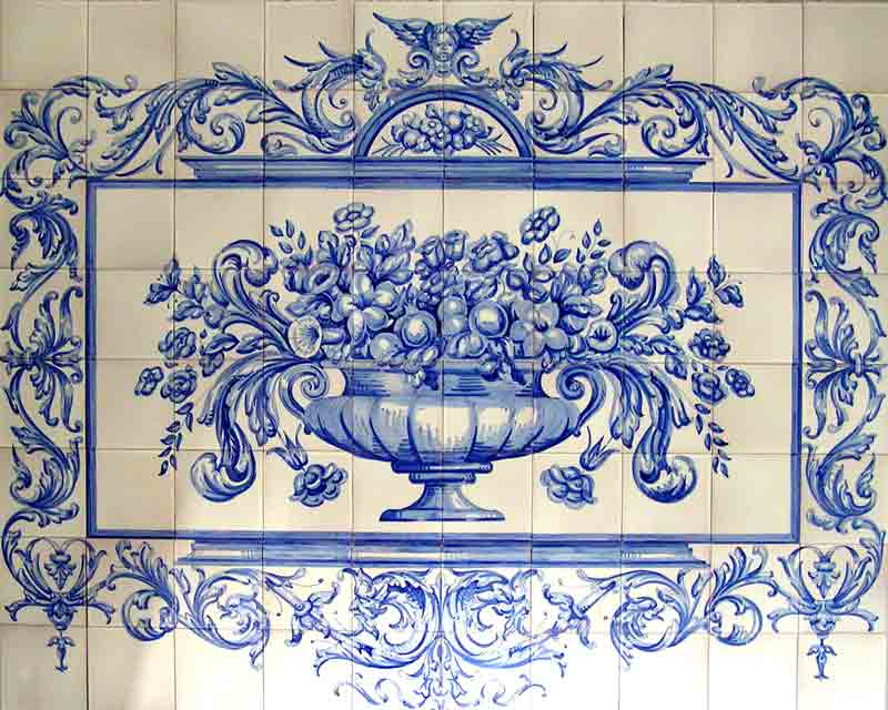 Mural con florero y orla barroca en azul