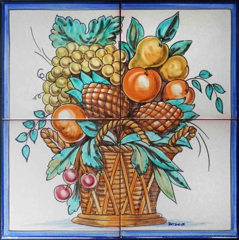 Cesto con frutas y piñas